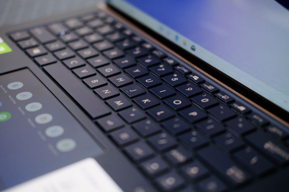 Review ASUS ZenBook 13 (UX334): Laptop Tangguh yang Tipis dan Ringan dengan Dua Layar 6 asus, asus zenbook 13 UX34, harga, spesifikasi